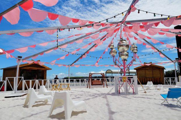 【現地レポ】横浜赤レンガ倉庫に白い砂浜リゾート「レッドブリックビーチ」旨辛グルメやデザートも