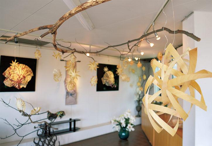 「帯アートと花と経木アート」経木でオーナメントを作るワークショップも@座間神社