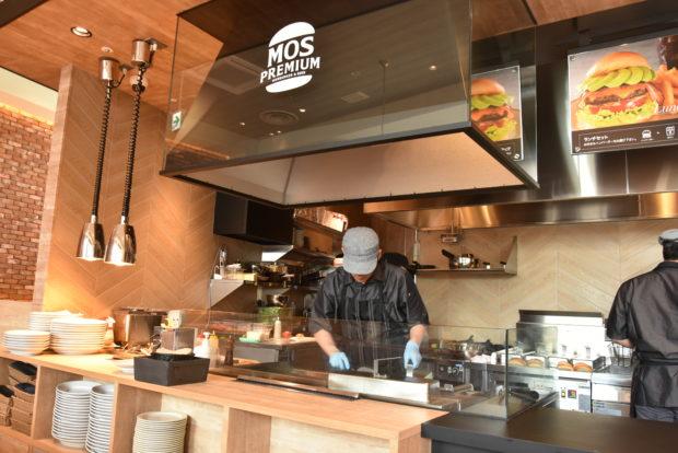 横浜・桜木町駅前にモスの新複合店オープン!お酒も楽しめる高級バーガー店にカフェ併設