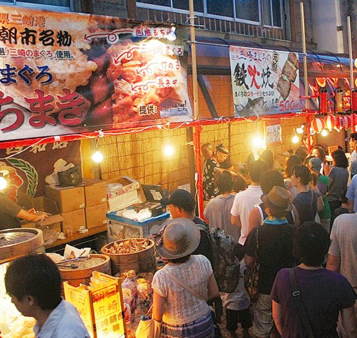 三浦グルメを食べ尽くせ!8月13日・14日に「夜市」浴衣無料レンタルも@三崎下町商店街