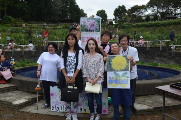 ダリアの丘で秋の散策「町田ダリア園」500品種4000株が写真映え!ゆる~い小人探しも…?