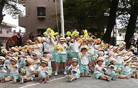 【綾瀬ゆたか幼稚園】未就園児のお遊戯も 布ぞうりで育った園児、秋の大運動会