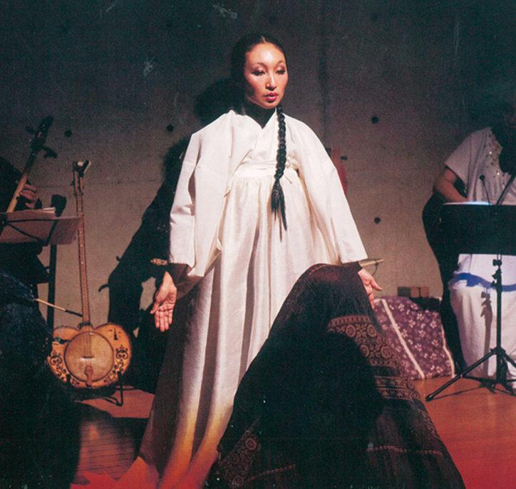 久良岐能舞台で「シルクロード能楽会」歌い継がれる唱法(ホーメイ)や舞踊も