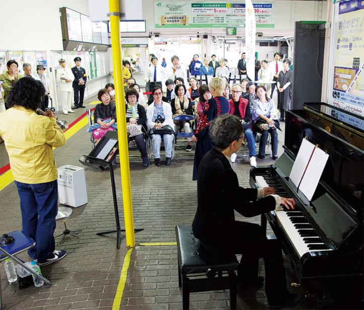 JR横須賀駅に「街なかピアノ」12月中ごろまで限定設置