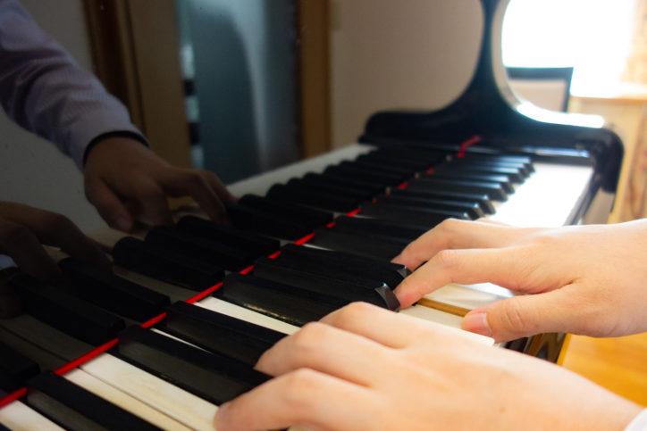 多摩・聖蹟桜ヶ丘で「午後の童謡」グランドピアノの演奏で童謡や叙情歌、愛唱歌などを歌う