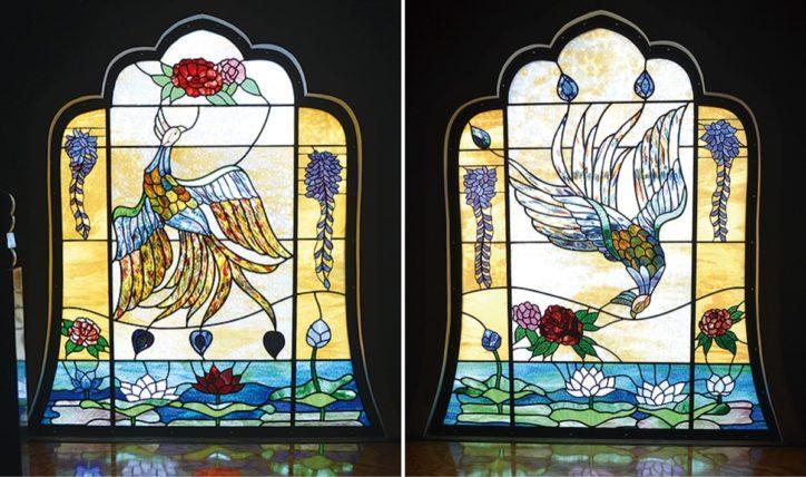 三浦市三樹院のステンドグラスで鮮やかに鳳凰羽ばたく