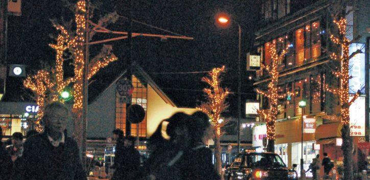 鎌倉駅東口前で「イルミネーション点灯」イチョウの木にシャンパンゴールドの灯り