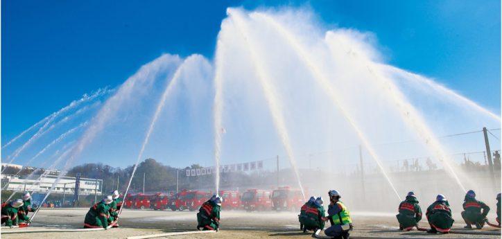 「麻生地区消防出初式」カラーガード隊のドリル演奏など一斉放水も【麻生水処理センター】