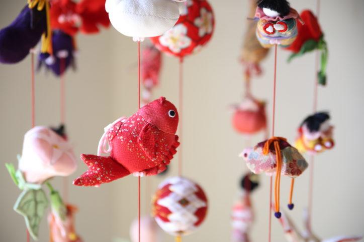 「冬の小さな美術展」吊るし雛や和紙ちぎり絵など【マホロバ・マインズ三浦】