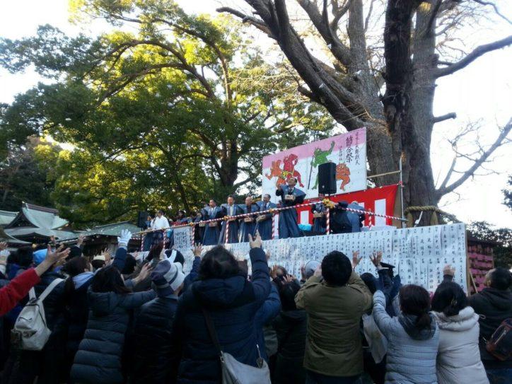 藤沢市の江島神社で節分祭「年男や名士が 特設舞台で豆まき」