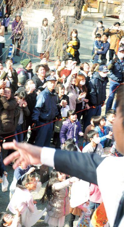 座間の鈴鹿明神社で節分祭 舞台の上より「鬼は外、福は内」福男・福女募集中
