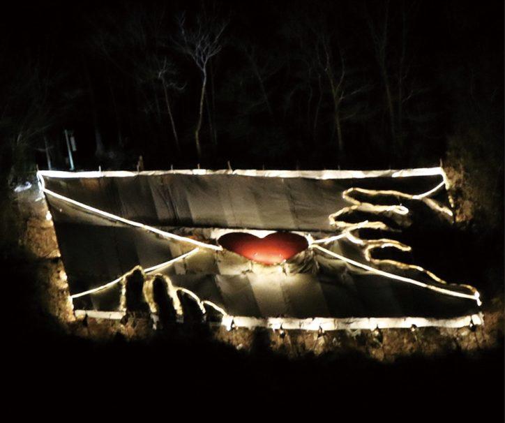 夜の森に佇む光るラブレターは幻想的「緑のラブレターを点灯」【相模原市緑区藤野】