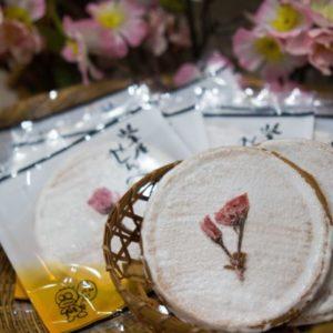 秦野産八重桜を添えた「桜せんべい」/手焼きせんべい 岐阜屋(秦野市)