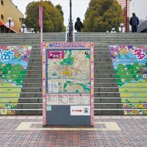 京王・小田急多摩センター駅前の正面階段に施された「ハローキティ」の装飾が新しくなりました