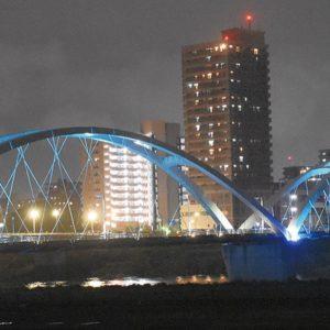 海老名市でブルーのエール「あゆみ橋」ライトアップ 市役所も