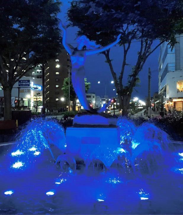 幻想的なブルーに南口噴水をライトアップ!医療従事者へ感謝の灯@平塚市
