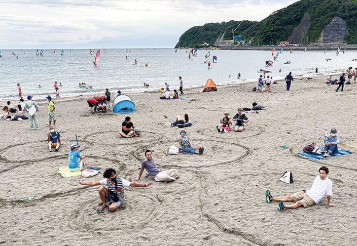 県のガイドラインを可視化 逗子市民有志が砂浜で実験