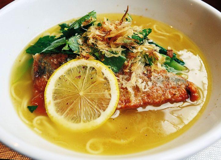 看板メニューは「塩サバ麺」と「サバ味噌担々麺」あっさり風味のスープはいかが?@平塚漁港