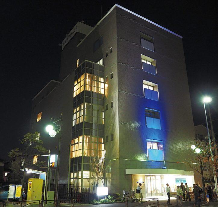 「世界糖尿病デー」 川崎幸クリニックが青色にライトアップ!オンラインで啓発講座も