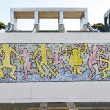 工事フェンスに巨大アート!キース・へリングと子どもたちが制作『ぼくのまち』@パルテノン多摩