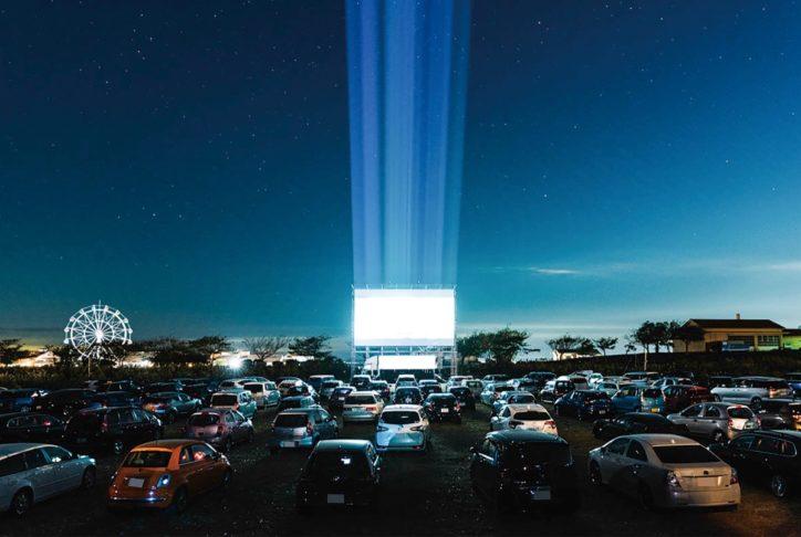 夜の公園に浮かぶスクリーン!常設ドライブインシアター誕生@横須賀ソレイユの丘
