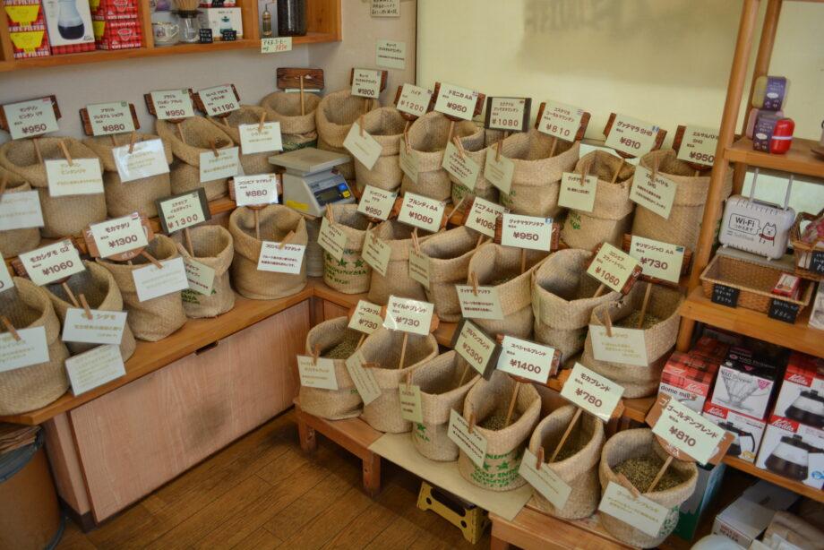 横浜市旭区・笹野台のコーヒー豆専門店「自家焙煎ジャスト珈琲」店内には約30種類の豆が並ぶ