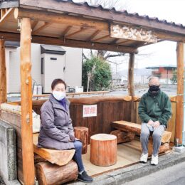 八王子市川口町の坂道に手作りベンチ設置 路上のブロックに座る高齢者の姿から