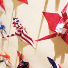 コロナ収束願い「冨嶽三十六景」の絵柄折り鶴展示@多摩市国際交流センター