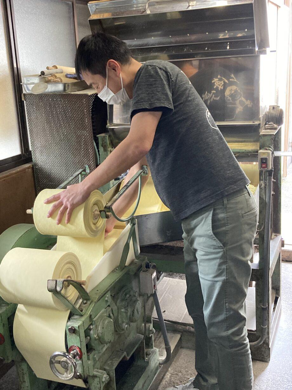 40年来の〝同期〟という製麺機と向き合う2代目店主の陳さん
