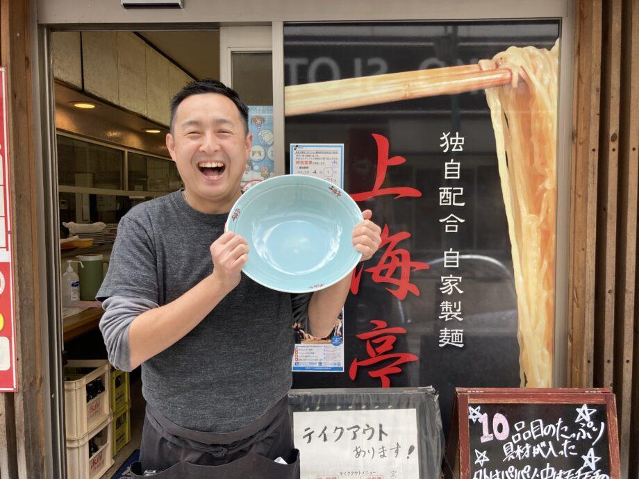 丼は陳さんの笑顔とサイズ比較を