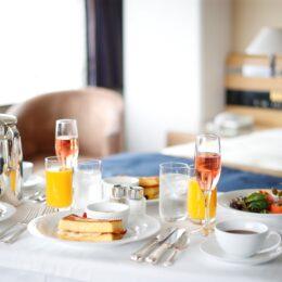 横浜ホテルニューグランドで「大人のサマーホリデー」朝食はルームサービスでのんびり優雅に【2021夏の宿泊プラン】