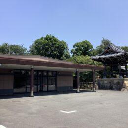 横浜市の妙蓮寺境内には特徴的な3つの斎場がありました。滝壺を打つ水の音も聞こえる心癒される空間