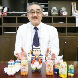 秦野市鶴巻温泉病院 木彫り人形で心和ませて 鈴木院長手作り作品がお出迎え