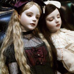 <読プレも>横浜人形の家 現代創作人形作家が集結 アンティークドールとコラボ「アンティークドール×現代創作人形」
