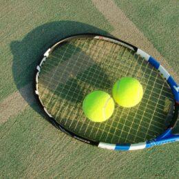 スポーツトレーナー吉田未南さん指導「テニスボールでストレッチ」横須賀市逸見コミセン