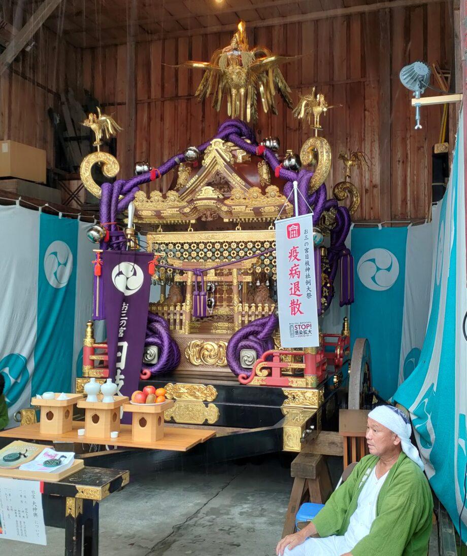 倉庫に置かれた大神輿