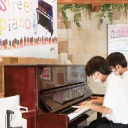 JR大船駅改札内のせせらぎパークで『ストリートピアノ』♪楽しい音色響く♪11月下旬まで