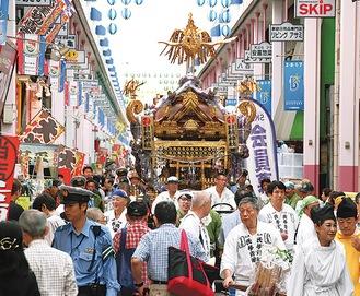 例大祭で巡行する大神輿