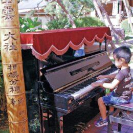 【出雲大社相模分祠】 青空の下 境内に響く音色 ストリートピアノを設置